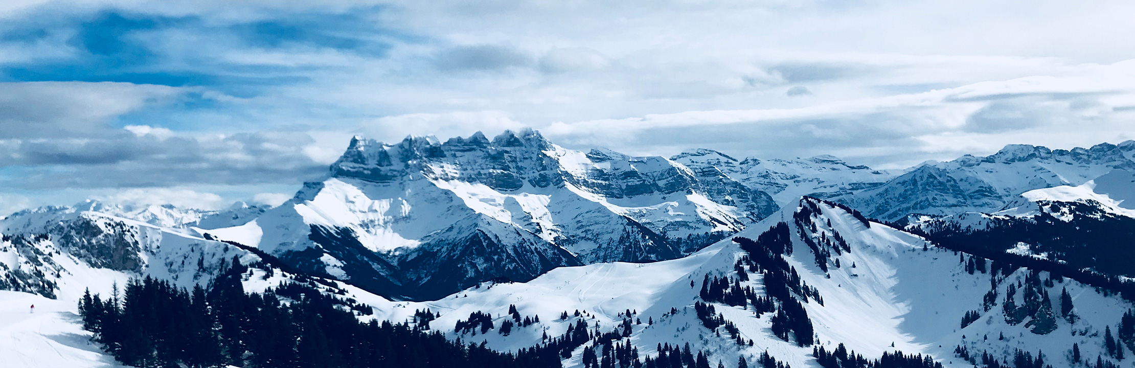 photo des montagnes les dents du midi enneigées illustrant une citation de CapRol